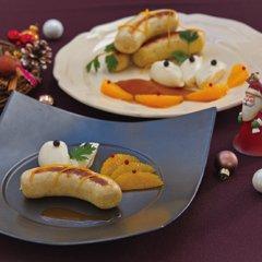 鶏・胸肉と生クリームを使った白いソーセージ。今年はオレンジリキュールとオレンジの皮で香り良く仕上げました。根セロリのピュレとソース付き。