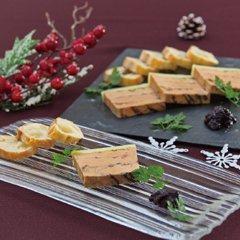クリスマスの定番メニュー、フォワグラをテリーヌに。炭火の香ばしさをアクセントに仕上げました。赤ワインを煮詰めたジュレの付け合わせでさらに味わい深く。