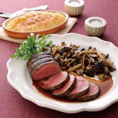 柔らかいジューシーな牛フィレ肉のロティに、甘いマデラ酒と子牛のフォン、トリュフを使ったペリゴールソース、ドフィヌ風ジャガイモのグラタンを添えて。