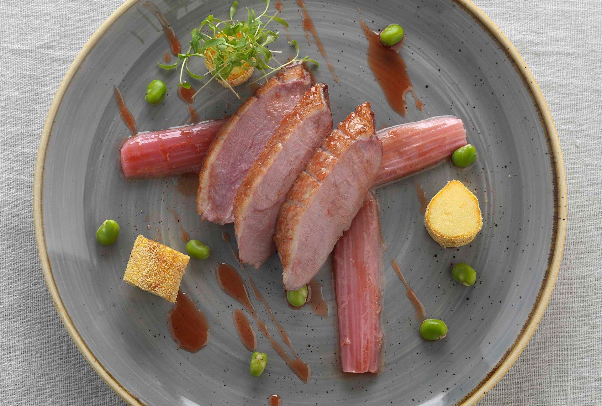 Filet de canard laqué à l'aigre-douce, polenta croustillante et rhubarbe