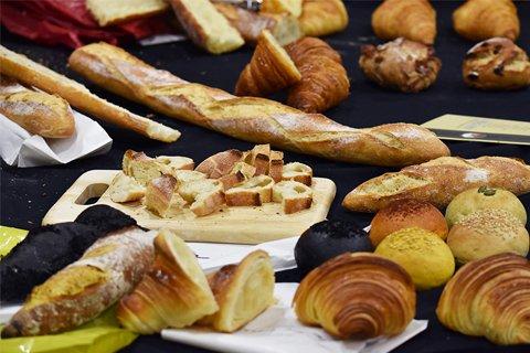 パン店をまわる課外授業を開催