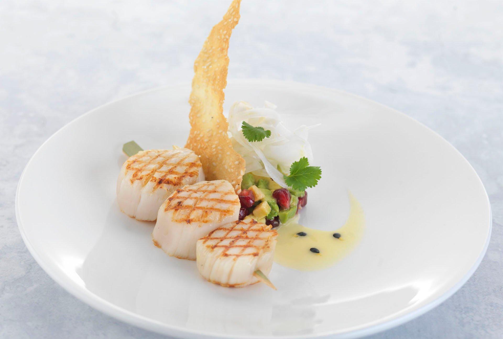 Recette Saint-jacques grillés, salade de fenouil, avocat et de grenade, sauce fruits de la passion et tuile au sésame