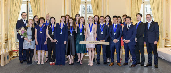 Students from the Wine and Management programme receive their awards from Xavier Thuizat